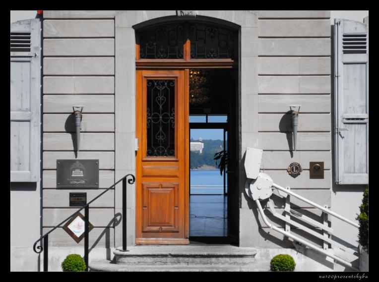 za drzwiami