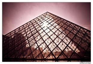 szklana piramida przed luwrem