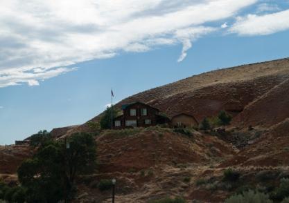 domek na wzgórzu / house on a hill